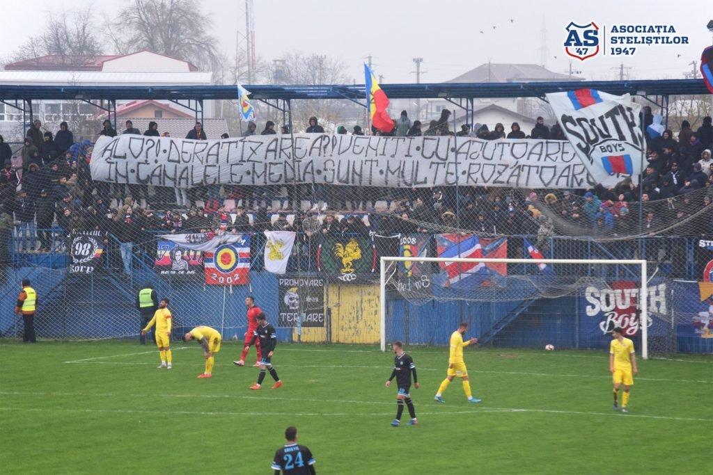 """""""Alo?! Deratizarea?! Veniți cu ajutoare, în canalele media sunt multe rozătoare.""""Mesaj afișat de Roosters la meciul Steaua - Bucharest United (23.11.2019).#spiritdeluptă"""